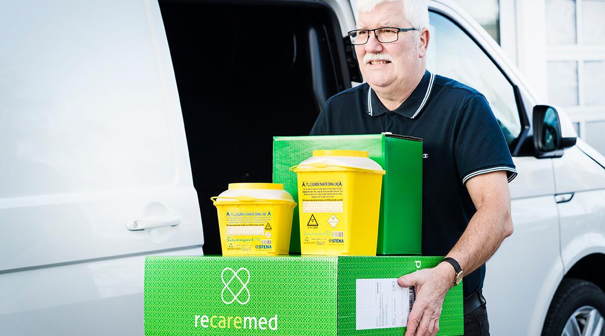 Miljöbild med chaufför som lämnar gul och grön Recaremed produkt