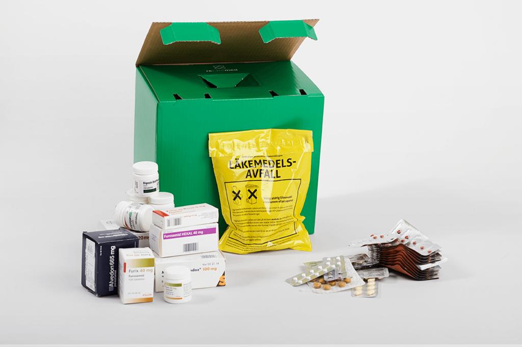 En recarebox från Recaremed med läkemedelsavfall framför som visar hur mycket som är förpackningar